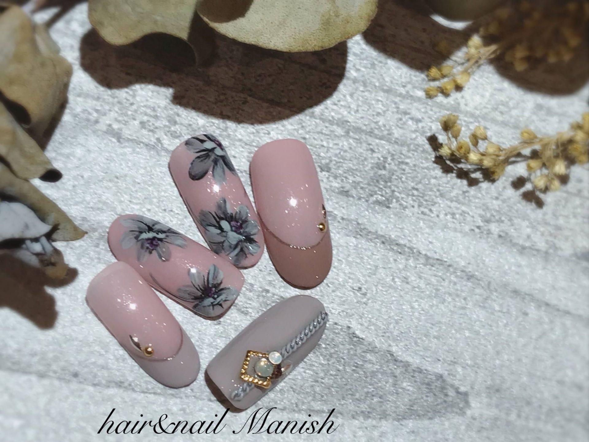 くすみピンクのベースに溶け込む、モノクロのお花が大人可愛いデザインです。